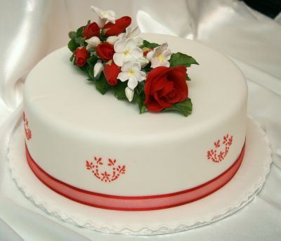 Cake with a bouquet of red roses (sugar flowers)